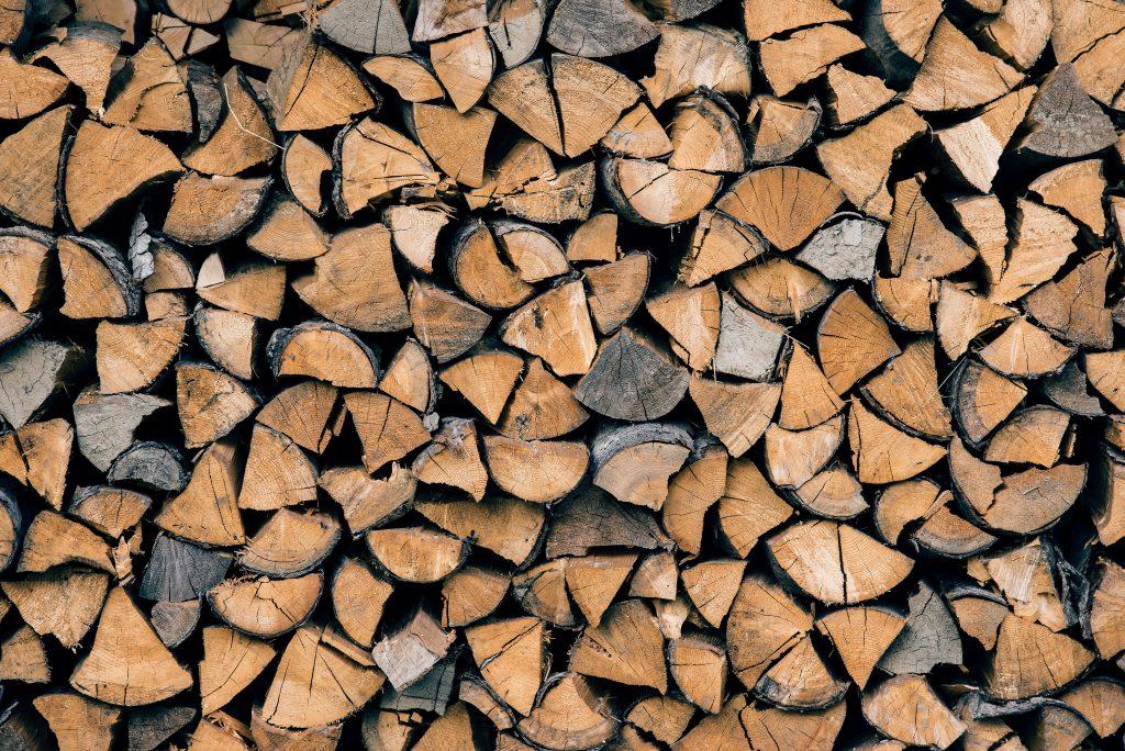 Tips om efficiënter te stoken: Gebruik droog hout!! WOODcom