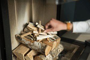 Hoe fijn stof vermijden in uw kachel? Ecologisch vuur aanmaken. WOODcom